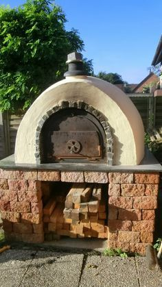 An outdoor kitchen can be an addition to your home and backyard that can completely change your style of living and entertaining. Patio Kitchen, Diy Outdoor Kitchen, Outdoor Decor, Clay Pizza Oven, Outdoor Oven, Outdoor Fire, Four A Pizza, Modern Pergola, Wood Oven