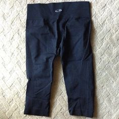 Item: Woman Champion stretch cropped tights size small