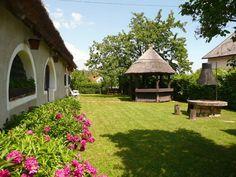 Paloznak (Balaton partján) - eredeti formájában 2007-ben felújított 120 nm-es parasztház. Többek között fedett tornác, boltíves konyha és borospince képviseli a hagyományos miliőt. Traditional House, How Beautiful, Homeland, Hungary, Countryside, Gazebo, Identity, Landscapes, Cottage