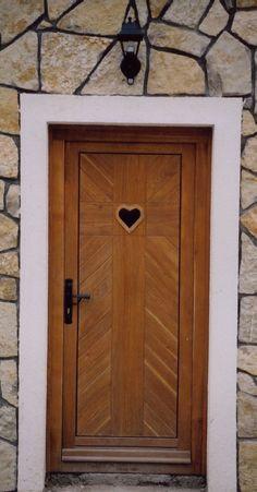 rusztikus bejárati ajtó tölgyfából, áttöréssel, kovácsolt kilinccsel