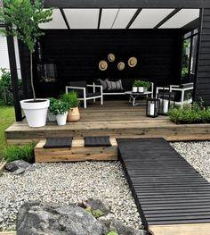 J'aime ce carré de terrasse en décalé par rapport à la maison principale et relié par ce petit chemin façon pont en bois . Une belle com...