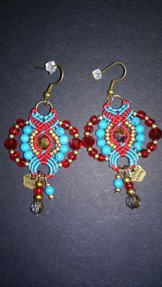 Boucles d'oreilles bohêmes chic en macramé rouge et turquoise, rocailles tchèques dorée, perles en verre et perles gemmes en turquoise : Boucles d'oreille par elyss-craft