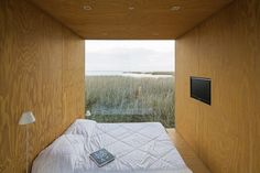 Beautiful prefab house called the Mini Mod by MAPA architecture. What a view to wake up to. Cheap Modular Homes, Modern Prefab Homes, Off Grid Tiny House, Micro House, House 2, Prefab Cabins, Prefabricated Houses, Portable Shelter, Modular Housing