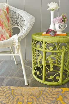 spray painted wicker stool -- I want this on my front porch! Rug on chair too