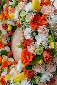 A step by step guide to help you DIY funeral flower arrangements such as sprays, wreaths, and bouquets using whatever flowers you have. Christmas Pom Pom Crafts, Christmas Lanterns, Christmas Diy, Christmas Wreaths, Funeral Flower Arrangements, Funeral Flowers, Floral Arrangements, Pussy Willow, Washi