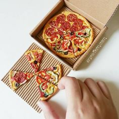 miniature Pizza slices by Snowfern on DeviantArt - miniature dolls Miniature Crafts, Miniature Food, Miniature Dolls, Barbie Food, Doll Food, Polymer Clay Miniatures, Dollhouse Miniatures, Accessoires Barbie, Cute Keychain