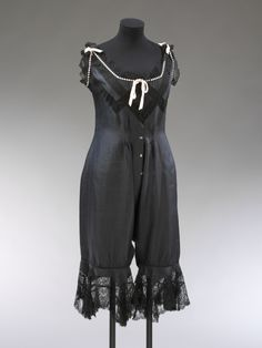 Combinations were a one-piece undergarment that combined the chemise and drawers (worn under the corset, this gave you a more streamlined shape in an era of fitted dresses) 1900s Fashion, Edwardian Fashion, Vintage Fashion, Edwardian Era, Steampunk Fashion, Gothic Fashion, Retro Mode, Vintage Mode, Vintage Underwear