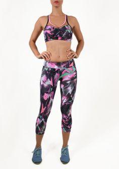 Calça aeróbica em tecido tecnológico, com alta porcentagem de elastano, dando conforto para a prática de exercícios físicos. Detalhe de bolso atrás.