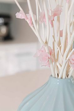 Tissue paper cherry blossom - Flores de cerezo con papel en jarrón azul cielo
