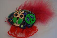 """Hibou broche """"La paix en vert et rouge"""" avec pâte fimo, plume, breloque hibou vert, perles, dentelle : Broche par les-perles-de-eihpos"""