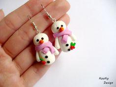 """Visací náušnice - sněhuláčci Visací náušnice - sněhuláčci - vyrobené z polymerové hmoty fimo. Výška sněhuláčka cca 2,5 cm.  Další vánoční výrobky ze sekce """"Vánoce a zima"""" naleznete zde. Christmas Ornaments, Holiday Decor, Design, Earrings, Bangle Bracelets, Cold Porcelain, Key Chains, Fimo, Xmas Ornaments"""