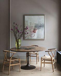 #wallcolor #vase #flower #furniture #diningroom #homedecor #interior #interiordesign #壁 #アクセントウォール #カラーウォール #ウォールペイント #花瓶 #花器 #花 #インテリア #ダイニングルーム #Yチェア