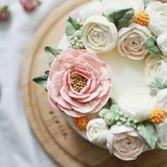 big lisianthus & white peony  -  #앙금플라워 #수원역#홈베이킹 #베이킹 #플라워케익 #떡케이크 #케이크 #baking #플라워케이크 #맞팔 #homebaking #cake #마카롱 #甜品 #韓式裱花#生日蛋糕#수원플라워케이크 #제과제빵 #ricecake #flowercake #cupcake #buttercream #buttercreamcake #Gâteau#鲜花蛋糕#เค้ก#ดอกไม้#koreanbuttercream#koreanflowercake#kursuskue @tudomi_artrollcake
