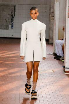 Jil Sander Spring 2019 Ready-to-Wear Collection - Vogue Milan Fashion Week Jil Sander, All Fashion, Spring Fashion, Fashion Trends, Fashion Design, Fashion Women, Milan Fashion, Milano Fashion Week, Bermuda