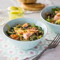Fischfreunde aufgepasst! Statt Thunfisch aus der Dose kommt hier knusprig gebratener Wildlachs auf den Salat. Und die selbstgemachte Mayonnaise auf Olivenölbasis kann sich als Alternative zu einem zuckerhaltigen Joghurt-Dressing auch sehen lassen.