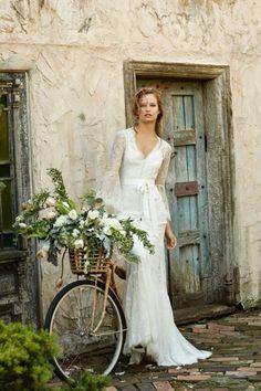 A long-sleeved lace wedding dress with a boho-chic look. Lace Beach Wedding Dress, Bohemian Wedding Dresses, Used Wedding Dresses, Wedding Dress Sleeves, Bridesmaid Dresses, Backless Wedding, Boho Wedding, Wedding Dress Finder, Estilo Hippy