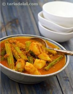 Manglorean Drumstick Curry--- is a sweet and spicy drumstick and potato curry made the South Indian way i.e. flavoured with coconut and whole spices. This curry has a predominant garlic flavour and tastes great with steamed rice.