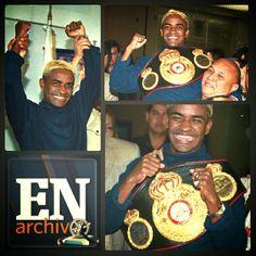 Lorenzo Parra muestra su cinturón de campeón de la Asociación Mundial de Boxeo