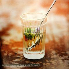 Qi-recept voor balans en evenwicht Lavendel muntthee met goji bessen, smaakvolén gezond! Voor 1 kopje, bereidingstijd 5 minuten, wachttijd 10 minuten. 100 milliliter water 8 goij bessen 2 bossen verse munt 2 gram rock-sugar (gele kandij, verkrijgbaar bij de toko) 1 theelepel gedroogde lavendel Kook het water en giet in een kop. Voeg de bessen … English High Tea, Natural Line, Coffee Latte, Healthy Drinks, Pint Glass, Tea Time, Alcohol, Tableware, Food
