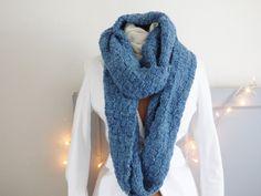 Snood bleu tricoté à la main, tour de cou, écharpe, tricot, écharpe tube, laine, fait main, col, foulard, maxi, idée cadeau, cadeau de la boutique mylmelo sur Etsy