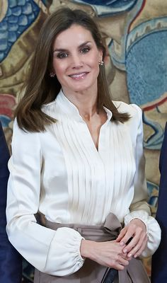 Queen Letizia is chic in culottes for audiences at the Palace Classy Outfits, Stylish Outfits, White Satin Blouse, Royal Fashion, Gothic Fashion, Denim And Lace, Queen Letizia, Blouse Outfit, Winter Fashion Outfits