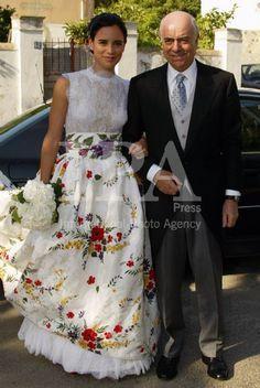 Vestido de Lorenzo Caprile. Falda con brocado inspiración fallera Bridal Gowns, Wedding Gowns, Mexican Themed Weddings, Mexican Fashion, Mexican Dresses, Mexican Wedding Dresses, Unconventional Wedding Dress, Wedding Attire, Dress To Impress