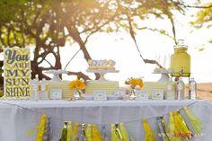 Festa You Are My Sunshine (Você é o meu raio de sol!): tudo em amarelo e branco! Lindo!