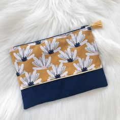 Discover recipes, home ideas, style inspiration and other ideas to try. Creation Couture, Bleu Marine, Zipper Pouch, Sewing Diy, Style Inspiration, Purses, Wristlets, Bags, Projects