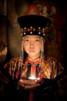 Buryat Kız. Buryatya Cumhuriyeti, Sibirya. Buryat halkının klanlarına ( Rus çubuklarına ) bağlı olarak oldukça farklı geleneksel giysileri vardır . Buryat halkı çok benzer dil ve geleneklere sahip etnik Moğollardır. Kültürlerinin birikimi ve Rusya'nın çok az başka bölgelerinde Budizm uygulamaktadırlar.