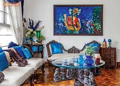 A perfect coordination of art works with the colour and decor of the space which lends simple yet appreciable details with the blue hue dominating the living area.renomania.com