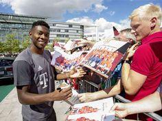 Die Übergabe der neuen Dienstautos an die Lizenzspieler des FC Bayern München…