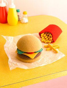 「Knit Dog」   「Lamb Burger」 羊のウール100%のバーガー。  【参考】 ▶ Jessica Danceさんのホームページ ▶ David Sykesさんのホームページ ▶ It's Nice That : Art: Hand-knitted fast f...