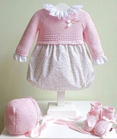 Baby Outfits, Kids Outfits, Baby Pullover, Baby Cardigan, Knitting For Kids, Baby Knitting, Brei Baby, Smocked Baby Dresses, Baby Coat