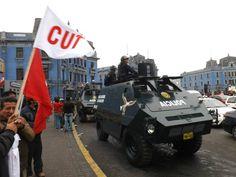 Dos de las tanquetas policiales que acompañaron la protesta antes de que se desate el caos [Foto: Candy Castro / Spacio Libre]