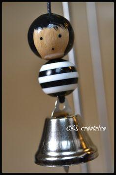 Porte-clés poupée perle bois bagnard à clochette argentée. Peut aussi être utilisé en bijou de sac à main, sac à dos ... La perle en bois du visage est peinte et vernie à la main. Perle corps noir/blanc en plastique, clochette métal argenté. Hauteur poupée 6 cm, hauteur total avec porte-clés 13 cm. Fait main. Il est livré dans une jolie petite boîte. Wooden Pegs, Wooden Dolls, Wooden Diy, Bois Diy, Weekend Crafts, Clothespin Dolls, Pintura Country, Doll Crafts, Doll Toys