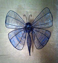 Blå fjäril 25 x 25 cm att hänga upp på väggen som dekoration i luffarslöjd.