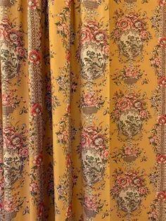 Deux paires de rideaux en coton jaune imprimés de bouquets… - 26948065-339 | Interencheres.com