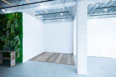 床に敷いた木板は移動可能です。 Tile Floor, Garage Doors, Flooring, Studio, Space, Outdoor Decor, Home Decor, Floor Space, Decoration Home