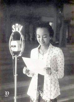 Old Pictures, Old Photos, Vintage Photos, Vintage Photographs, Kebaya Jawa, Indonesian Women, Rare Historical Photos, Emotional Photography, Dutch East Indies