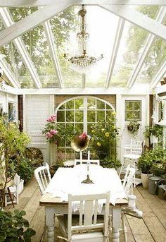 Glasdach Wintergarten Einrichten Kronleuchter Weiße Sitzgruppe-Vintage Design Holzbalken