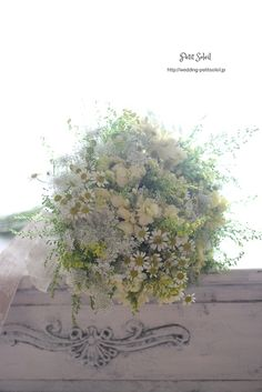 今年らしい、野の花を摘んできた風のブーケ。☆装花・ブーケのデザインをもっとご覧に... White Wedding Bouquets, Wedding Flower Arrangements, Flower Bouquet Wedding, Floral Bouquets, Floral Arrangements, Pastel Flowers, Romantic Flowers, Dried Flowers, White Flowers
