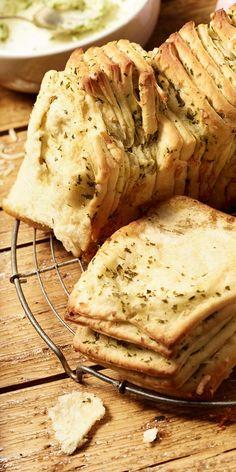 Dieses selbstgemachte Pull-Apart-Bread aus Dinkelmehl ist einfach unwiderstehlich. Gefüllt mit Kräuterbutter und Käse eignet es sich perfekt für deinen Osterbrunch. Deine Gäste werden begeistert sein.