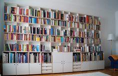 Das modulare Bücherregal besteht aus dem Material Multiplex