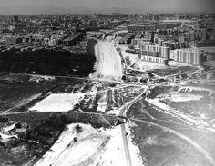 Vista de la zona del Abroñigal desde Moratalaz cuando aun no estaba construída la M-30. Al fondo se distingue el puente de Ventas, la plaza de toros, los edificios de Ricardo Ortiz y de la avenida Donostierra. En primer término, el ferrocarril de Arganda.