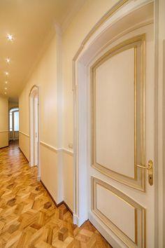 Dinterni Interior Design / L'epoca dei grandi spazi - Il corridoio restituisce la sensazione di pregio originaria, grazie al restauro degli infissi, alla posa del nuovo parquet su disegno originario e al rifacimento dell'impianto elettrico http://www.dinterni-interiordesign.com/it/progetti-e-ristrutturazioni/lepoca-dei-grandi-spazi