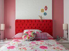 Cama   Roupa de cama PiP Studio, comprada na Loja Casa Tua. Almofadas da Coisas da Doris. Faixas laterais de papel de parede da PiP Studio, compradas na Orlean, amenizam o vermelho da cabeceira e prolongam o espaço (Foto: Edu Castello/Editora Globo)