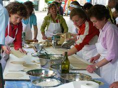 אין כמו האוכל האיטלקי! כיף להגיע לפסטיבל מקומי שבו מכינים מאכלים מסורתיים