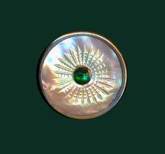 Bouton ~ sculpté de Mid-19th C. perle irisée avec bijou de verre vert émeraude en laiton