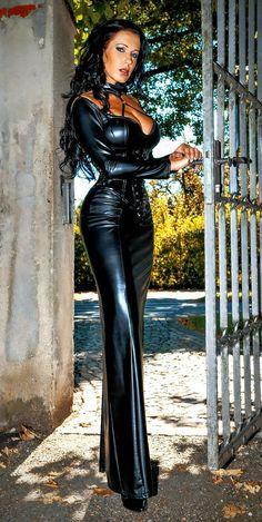 Black Women Fashion, Look Fashion, Mode Latex, Latex Lady, Leder Outfits, Long Black Hair, Sexy Latex, Pinterest Fashion, Leather Dresses
