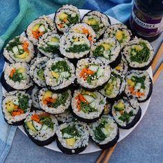 Avocado, cucumber, carrot, kale, green beans and non seasoned brown rice w/ tamari sauce! #vegan #cutcarbscutlife